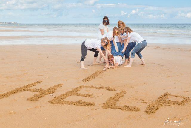 Enterrement de vie de jeune fille de Virginie, sur la plage de Ouistreham en Normandie