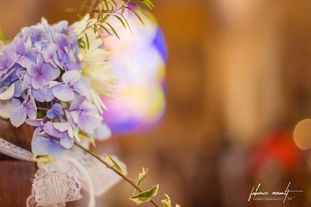 Fleurs et décorations, dans l'église de Saint-Martin-de-Landelles (Normandie, Manche)