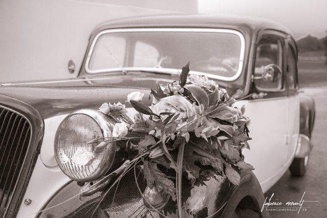 La voiture des mariés, décorée de fleurs