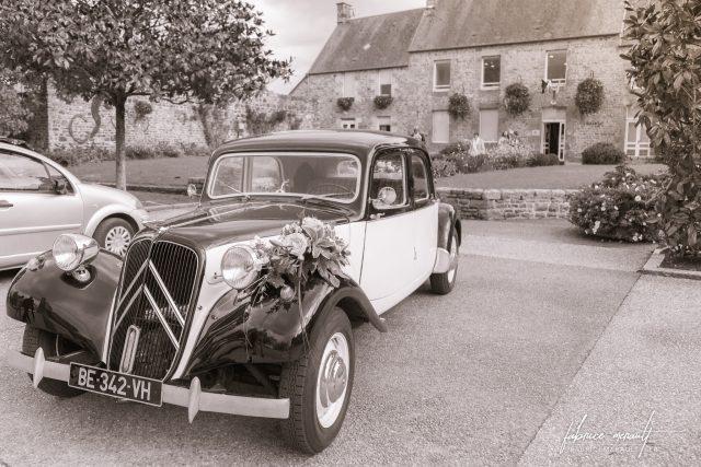 La voiture des mariés devant la Mairie de Saint-Martin-de-Landelles (Normandie, Manche)