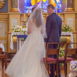 Les mariés, dans l'église de Saint-Martin-de-Landelles (Normandie, Manche)