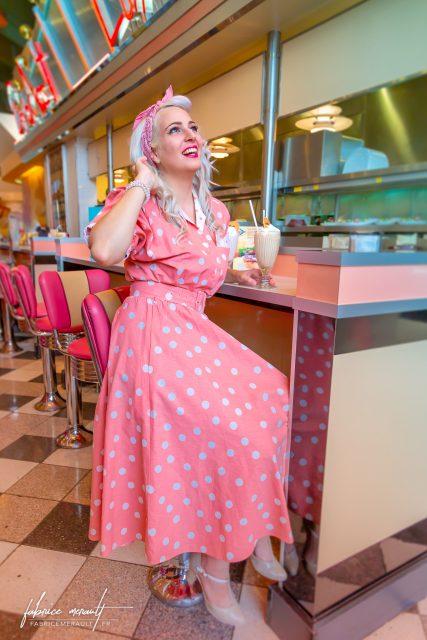 Shooting photo «Lifestyle» — Marie dans une ambience Fifty's au Annette's Diner du Disney Village de Disneyland Paris