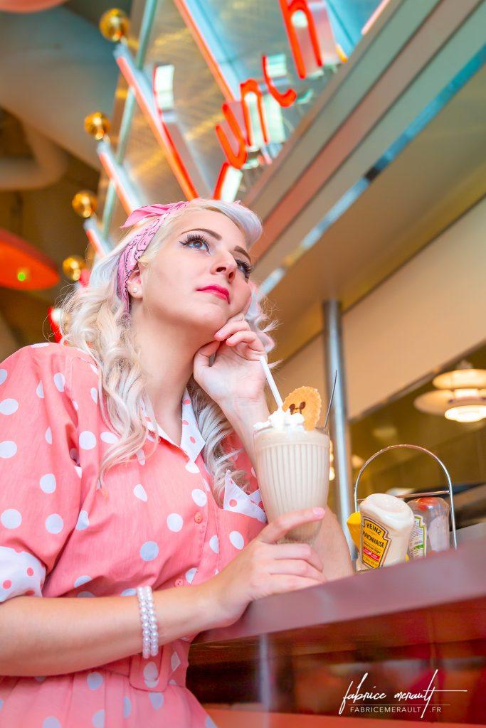 Shooting photo «Lifestyle» — Portrait de Marie dans une ambience Fifty's au Annette's Diner du Disney Village de Disneyland Paris